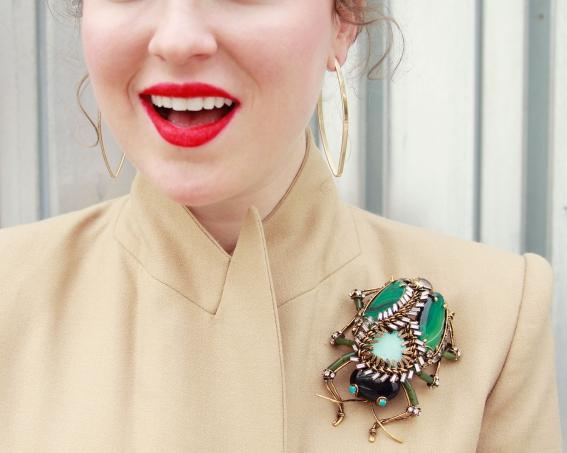как носить брошки, модные броши, с чем носить брошки, новости моды 2014